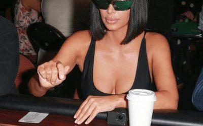 Kim Kardashian a joué au poker avec des lunettes miroir